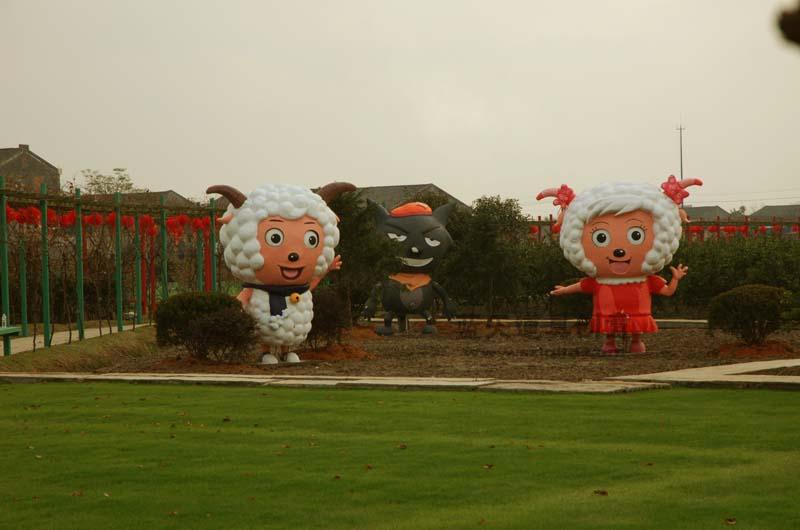 名称:泡沫雕塑喜洋洋与美羊羊灰太狼.制作材料:泡沫.使用领域:温州瑞安雅林园林.制作日期:2011.