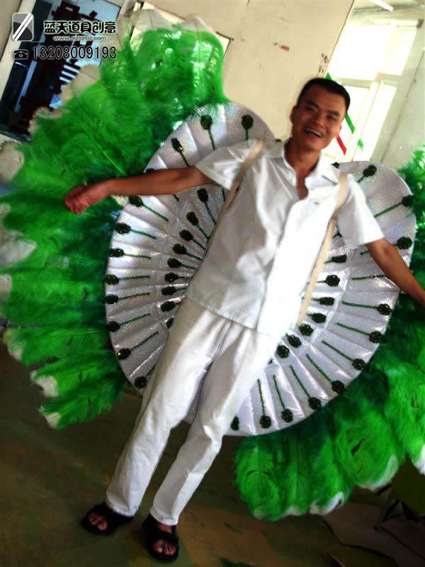名称:狂欢节鸵鸟毛服饰.制作材料:鸵鸟毛.使用领域:巴西狂欢节.制作日期:2010.