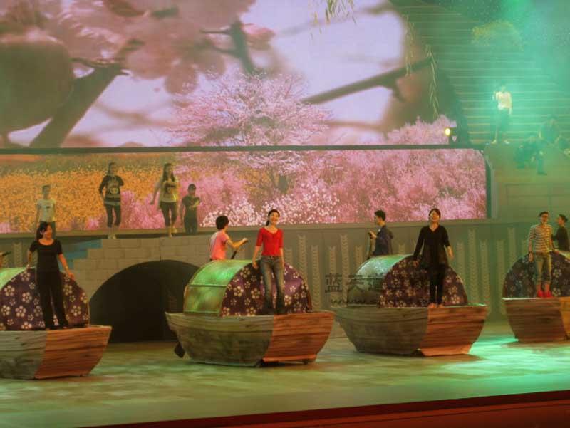 名称:舞美演出道具乌篷船.制作材料:木.使用领域:松江区运动会广场演出.制作日期:2009.