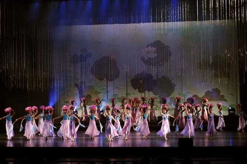 名称:山东省运会开幕式演出.制作材料:--.使用领域:运动会演出.制作日期:2010.