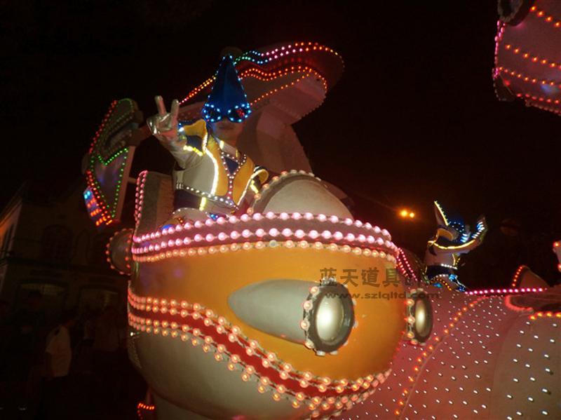 名称:玻璃钢彩车.制作材料:玻璃钢.使用领域:苏州乐园演出.制作日期:2011.