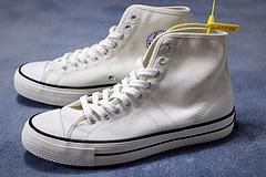 CONVERSELUCKYSTAR1950s曾备受喜爱现今已悄然登陆精良的材质和醒目的鞋身设计后跟标以及标志性的鞋侧徽标最令人瞩目这是一段属