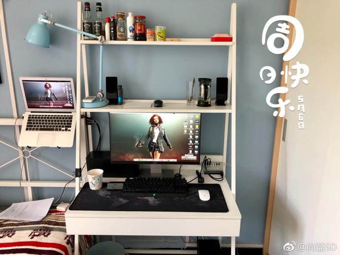 周日在家工作,大屏显示器、漫步者音响、Apple Music、雷蛇青轴机械键盘为工作增加了许多乐趣!