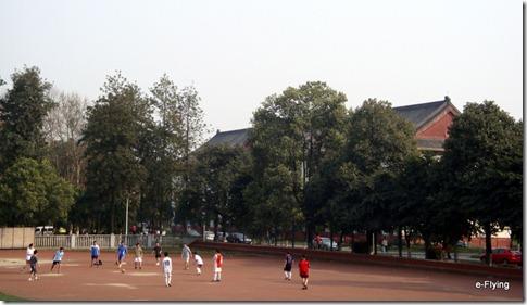 在足球场挥洒汗水|艳阳天——悠闲的川大望江校区