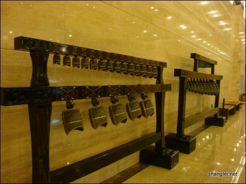 山东省博物馆的大厅中的编钟