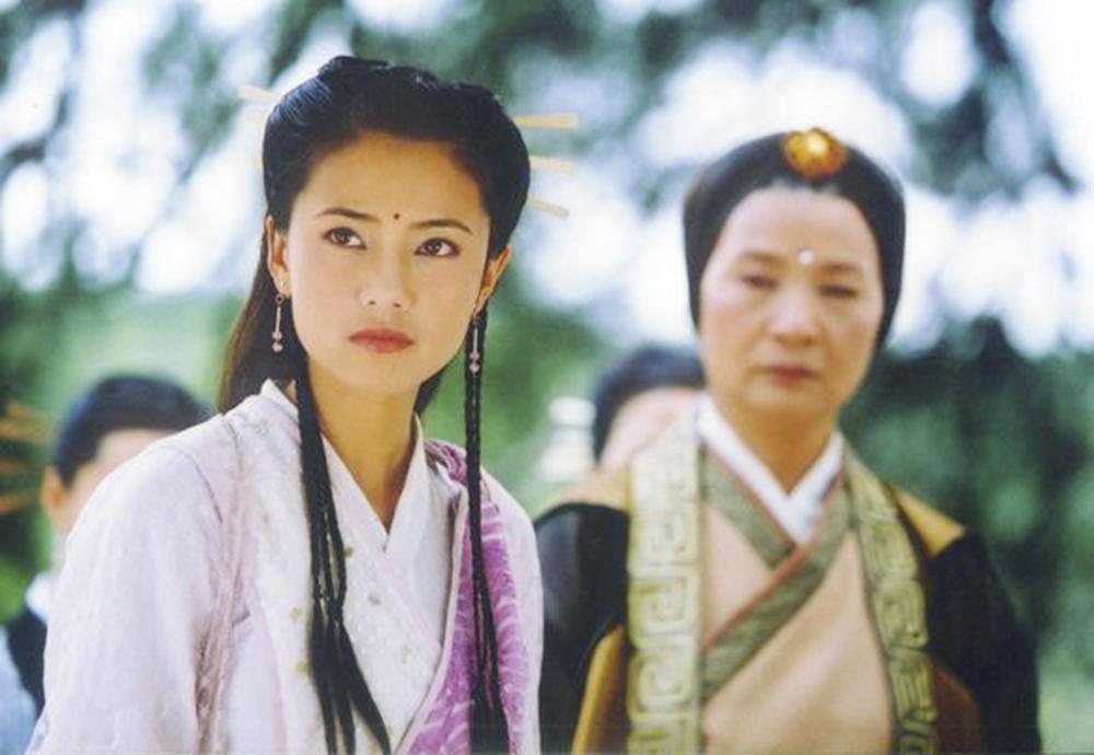 2003年高圆圆首次尝试古装武侠剧,在《倚天屠龙记》电视剧中饰演峨眉派掌门周芷若。