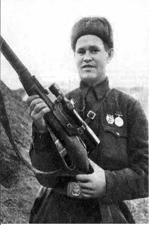 电影《兵临城下》原型,苏军狙击英雄瓦西里,手持莫辛纳甘狙击步枪。