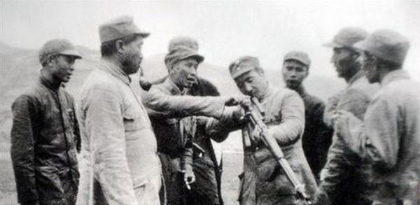 这里有一张珍贵的照片,林彪元帅在玩一只狙击枪!