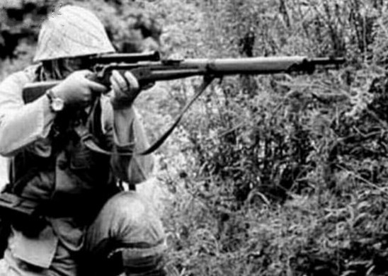 日军士兵正在使用97式狙击步枪