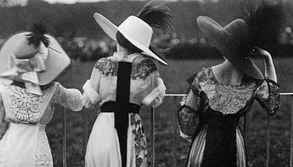 欧洲上流社会流行的是非常复杂华丽的帽子款式