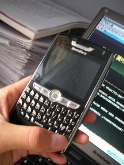 黑莓8800-和我的联想笔记本+书桌一角