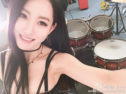 韩国人气美女鼓手雅妍