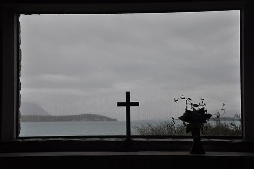 透过教堂的十字架看到的LakeTekapo