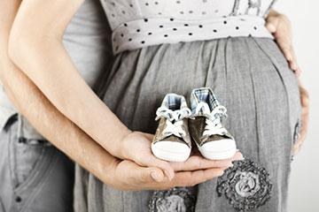 孕妇手捧小鞋