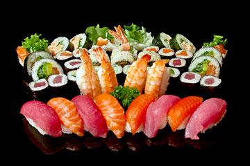 颜色鲜艳的日本寿司刺身