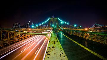 城市吊桥路面的灯光夜色摄影