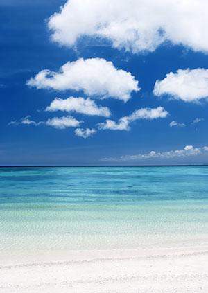 宁静的蓝天白云海滩美景