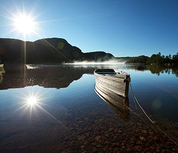 清澈湖边木舟