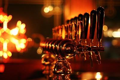 爱尔兰酒吧里整排的生啤酒栓
