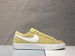 Nike Blazer SB 小黄人Nike 推出了以经典的 Blazer 鞋型为设计原型,选用黄色麂皮鞋面结合白色 Swoosh 的经典配色组合而成 货号:864347-700
