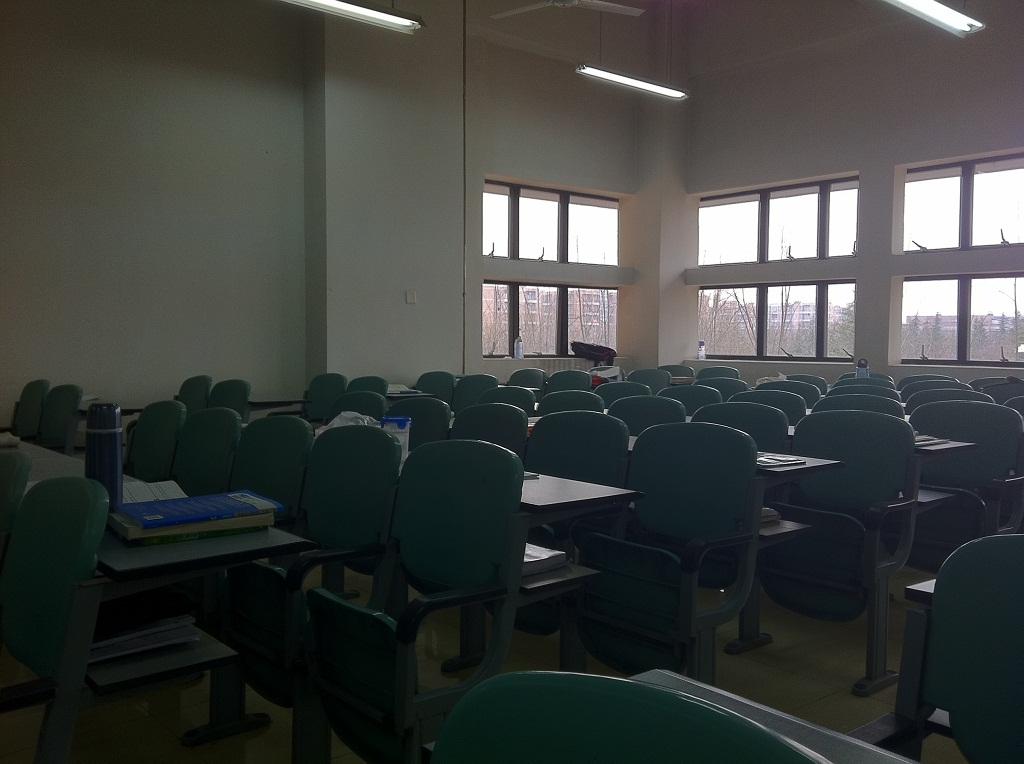 幽暗的教室里只有我一人
