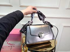 B0\ck 2019新款沙丁布包 小巧精致的斜挎包 非常喜欢的调调,包身硬挺 五金复古, 让人越看越喜欢 每个颜色都好看 尺寸 27×16cm