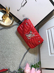 B2/L家全新推出new wave春夏新款系列,全新磁吸扣设计方便实用,内里附带卡位,拉链暗袋,方便日常使用,手机,银行卡,口红钥匙,一包出街。独家代码8022。尺寸19×12×5cm