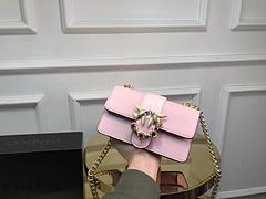B0新款 Pinko玫瑰燕子包 美到突破天际 好精致的雕刻。花蕊是黑色宝石的感觉,相当有高级感 颜色都超级有气质!适合走仙女路线的类型 春夏秋冬都可以搭配 随便怎么搭配都不错 燕子包的尾部雕刻了pin
