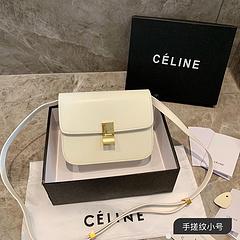 B1原单品质 小号 celine豆腐包 19ss牛皮手搓纹 牛 Phoebe Philo在设计classic box的时候 就想好要让这个包成为永恒的经典 且可以一直用下去 可是事与愿违 被Phoeb