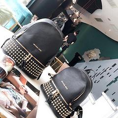 pA9 pA9/MK双肩包专柜最新!每年过年的时候背包都是销售冠军哦!出门旅游!外出等等都是非常之适合!最受欢迎的一款背包经久不衰[强] 超纤羊皮 绝对高品质 大号尺寸:27.33  小号尺寸: 22