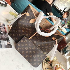 A8高品质 原单购物袋这款Retiro 手袋以标志性的LV老花面料制成,搭配奢华的黄皮饰边,经典永恒。优雅低调的外形设计和宽敞的包身更加入了实用性。使用说明:- LV变色牛皮饰边,闪亮的纯钢金色五金配