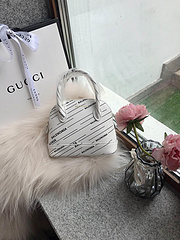 A7上新           代购级巴黎世家 Balenciaga 19ss新款Mini贝壳包就是这么前卫总是走在时尚的顶端,可手提斜跨,这个绝对吸人眼球不易撞包也是时尚潮流的精品! 超级百搭款 小巧