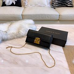 A7 配盒Calvin Klein 小方包 小红书炙手可热的大爆款,c今年ck包真的巨火,这个包真的圈粉各个年龄段。搭配衣服也超级好看 背出去回头率也高.真的无敌了。尺寸  19 11
