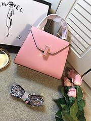 B6苏明玉安迪最爱包包[偷笑]意大利Valextr奢侈品牌。大气简洁的外表。硬朗造型。特别百搭通勤大气。手掌纹牛皮质地。质感特别好。小号尺寸 底长22 高19