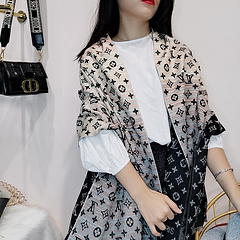 1530年路易威登围巾新款,多用途造型披肩!非常推荐,很有气质!超级大一条很温暖,180*70丝光羊绒