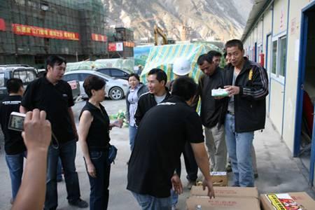 帕拉丁汽车俱乐部慰问灾区援建者行动 高清图片