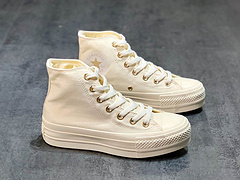 Converse增高全奶白色的配上金色鞋眼扣真的超级好看啊啊啊啊神仙级配色奶白色本来就很乖搭配裙子什么的都很好看超级百搭的一款鞋尺码3536365373753839